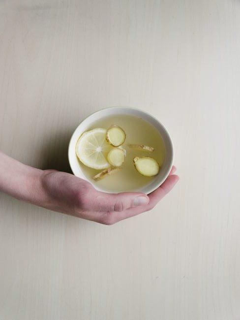 boisson chude au citron et gingembre dans une tasse blanche
