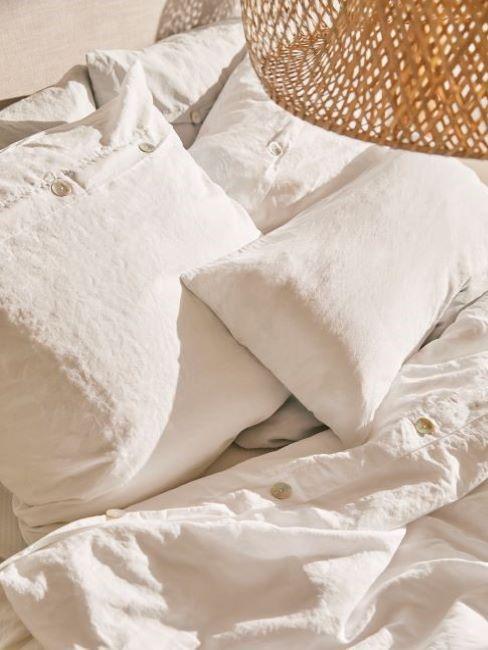coussins en tissus et lin blancs