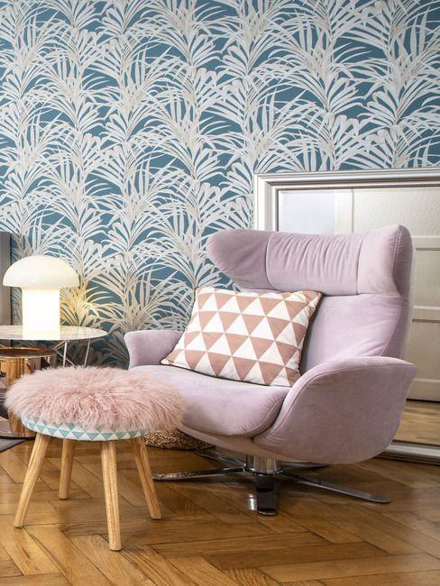 fauteuil lounge rose, papier peint floral, couleurs pastel, salon paser, coussin fourrure, lampe à poser lumineuse