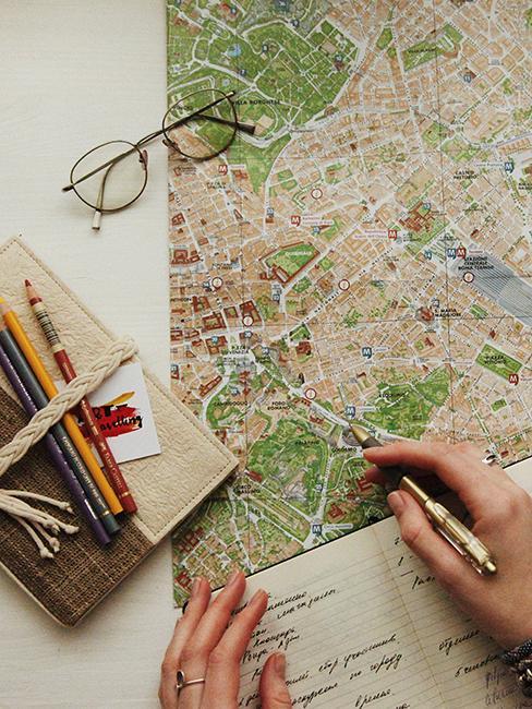 préparation d'un voyage avec une carte