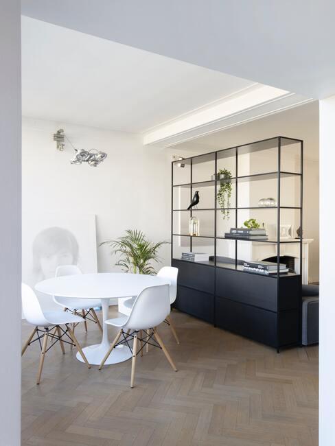 Salon salle à manger délimité par étagère noire - table ronde blanches