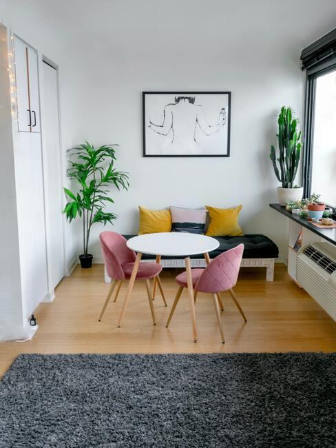 Salon salle à manger table ronde et chaises roses