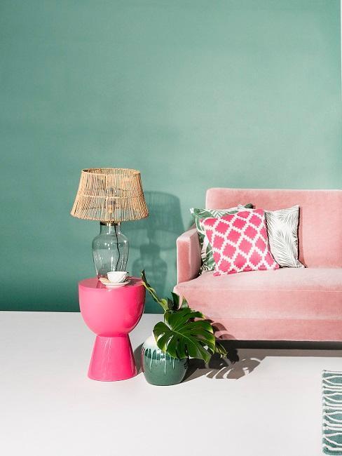 Salon avec mur couleur vert clair canapé rose