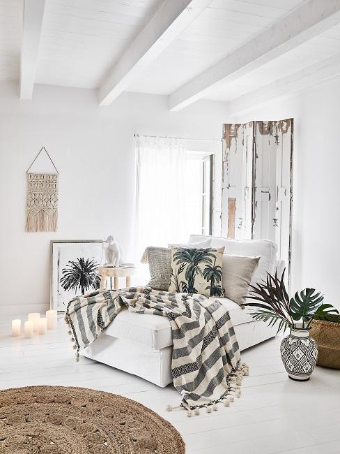 chambre à coucher blanche et verte, avec déco murale ethnique, avec gros couvre-lit, accents gris et vert