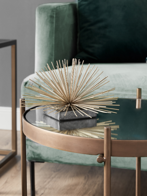 Dettaglio divano verde e accessorio