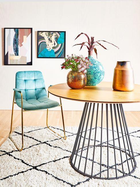 sala da pranzo con tavolo rotondo e sedia imbottita azzurra