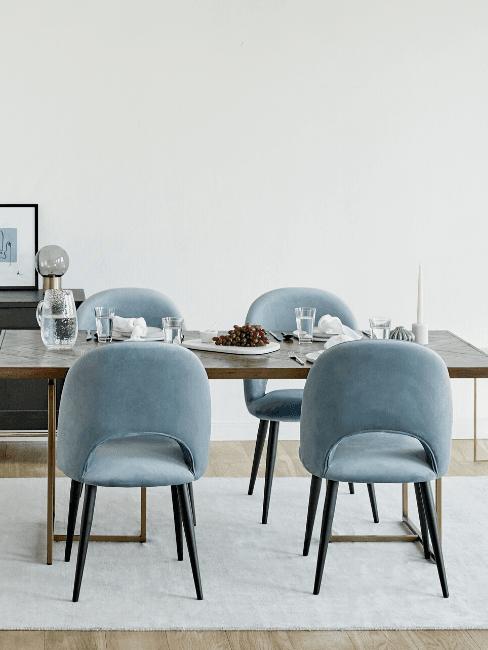 Tavolo da pranzo con sedie colore carta da zucchero