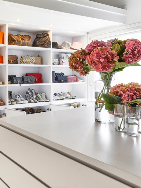 Cabina armadio fai-da-te con scarpe e borse e fiori