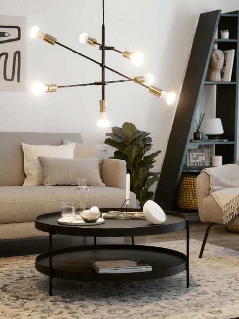 Dettaglio salotto con lampadario a soffitto