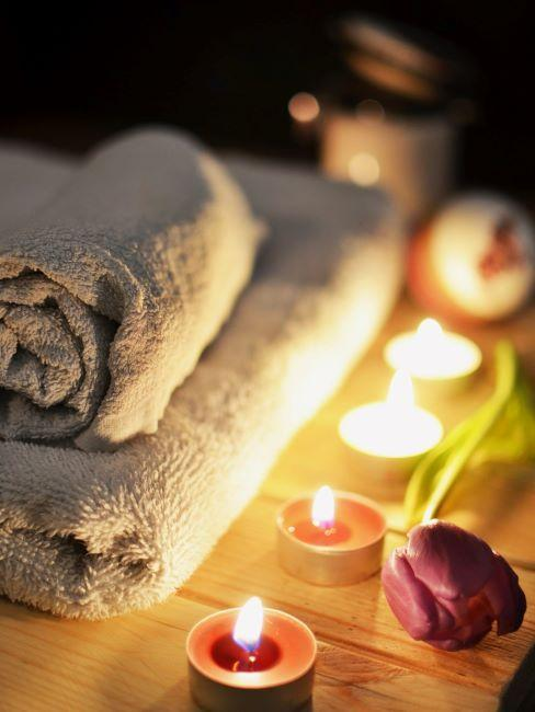 asciugamani per sauna in casa e candele accese