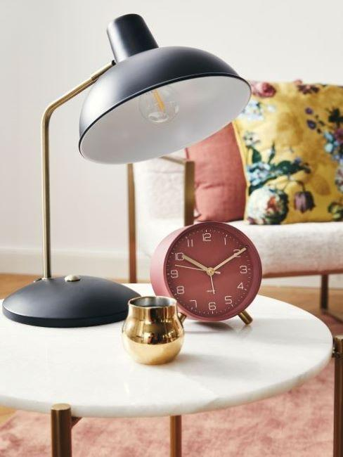 tavolino con sveglia e lampada