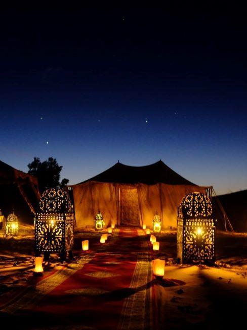 glamping di lusso illuminato con lanterne e candee di notte