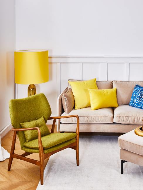 Divano e poltrona con cuscini gialli e lampada gialli