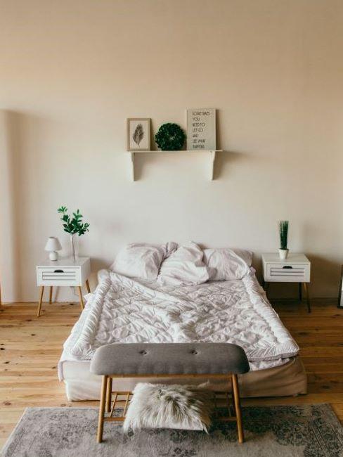 camera da letto con materasso sul pavimento in parquet