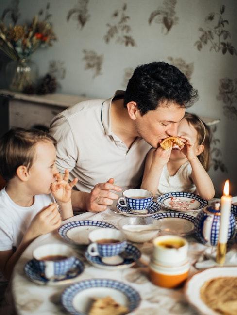 famiglia a tavola che mangia insieme