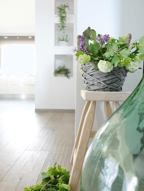 Dettaglio decor con sgabello e cerstino con fiori
