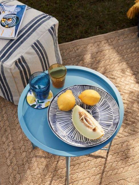 piatti bianchi e blu con frutta