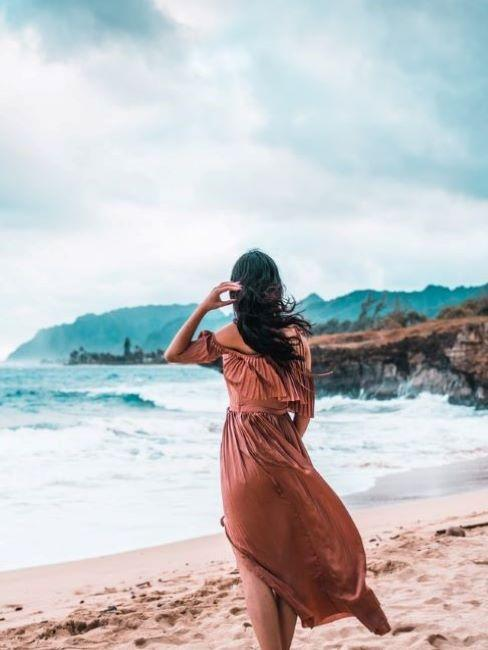 donna di spalle con beach waves