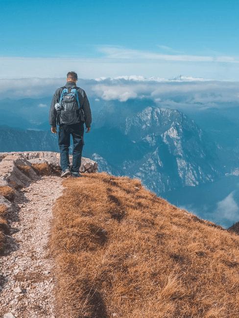 persona di spalle in montagna