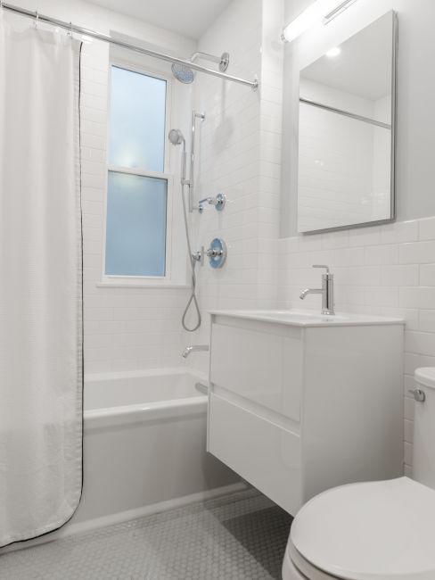 Bagno minimal con tenda da doccia bianca