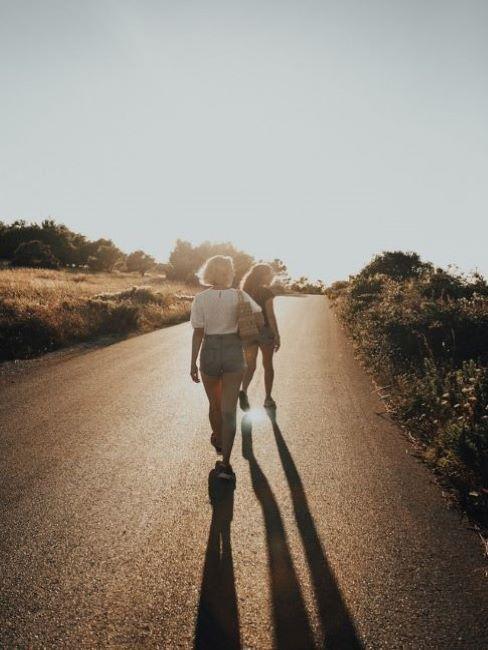 ragazze che camminano al sole