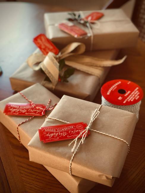 Verpakte cadeaus met een decoratief lintkoord