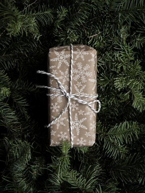 Een verpakt cadeau op de achtergrond van de kerstboom