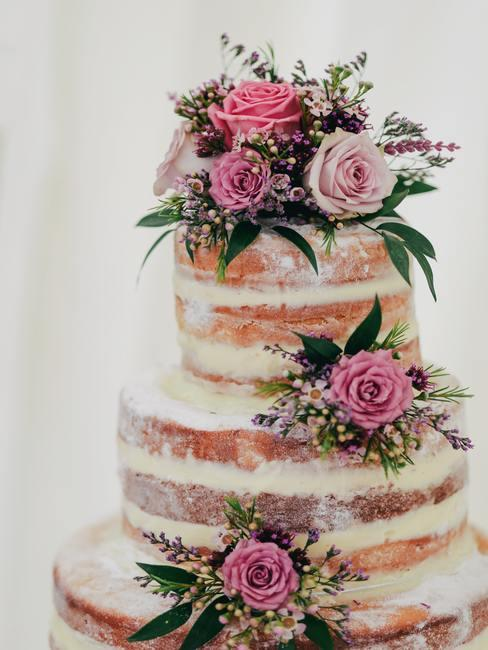 Bruidstaart decoratie met natuurlijke taart met roze rozen