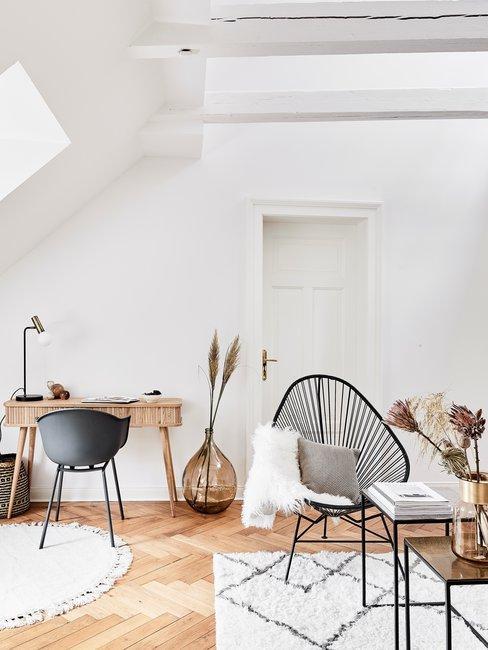 Scandinavisch interieur met bureau pampasgras en rotan stoel