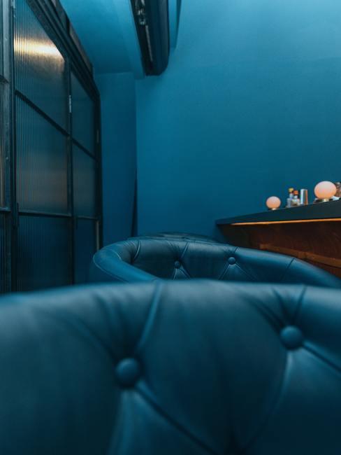 Blauwe lederen stoelen in het donkere interieur