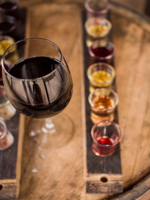 Decanteren: diverse soorten wijn om op een houten plank te proeven