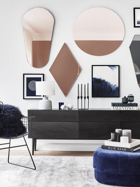 woonkamer met zwart dressoir en gekleurde spiegels in verschillende vormen