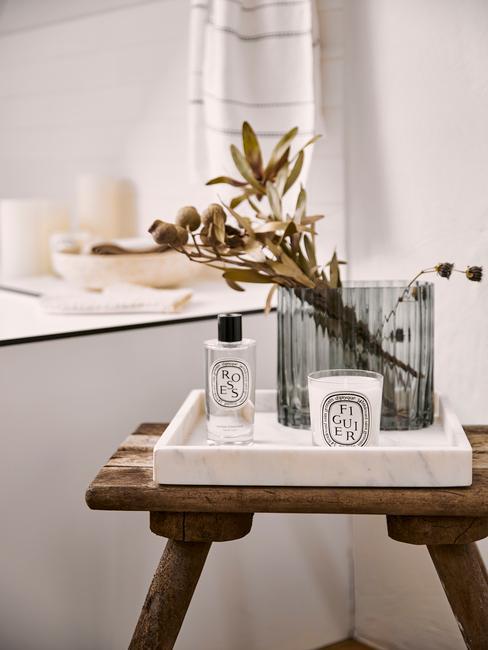 Houten kruk met dienblad in wit naast een badkuip