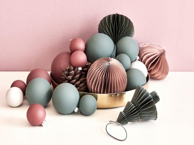 Matte roze en blauwe kerstballen