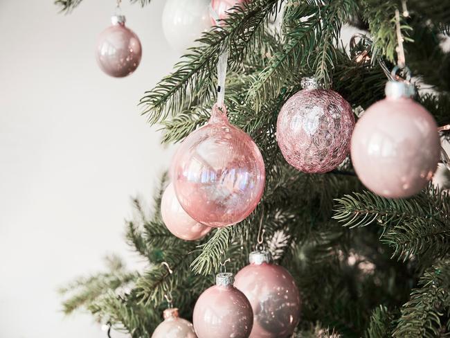 roze glazen kerstballen in kerstboom