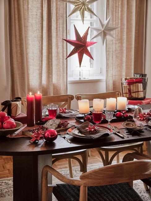 kerstballen boven kersttafel