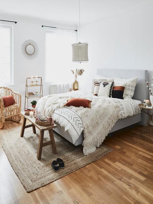 Plaid met franjes op bed in slaapkamer
