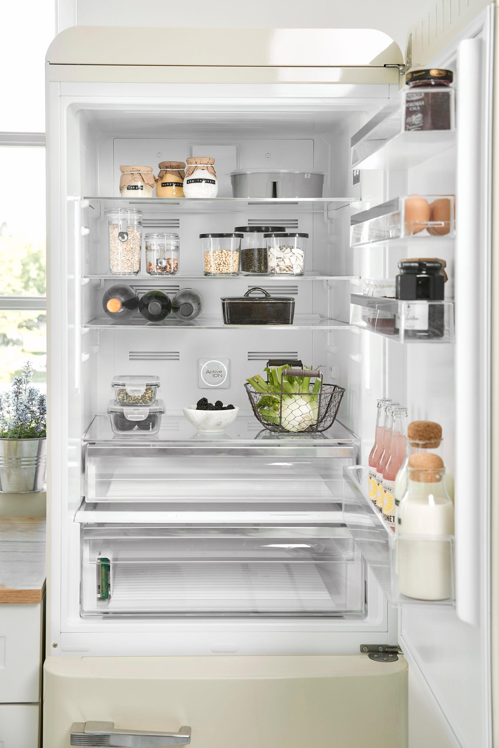Witte smeg koelkast in opgeruimde lichte keuken