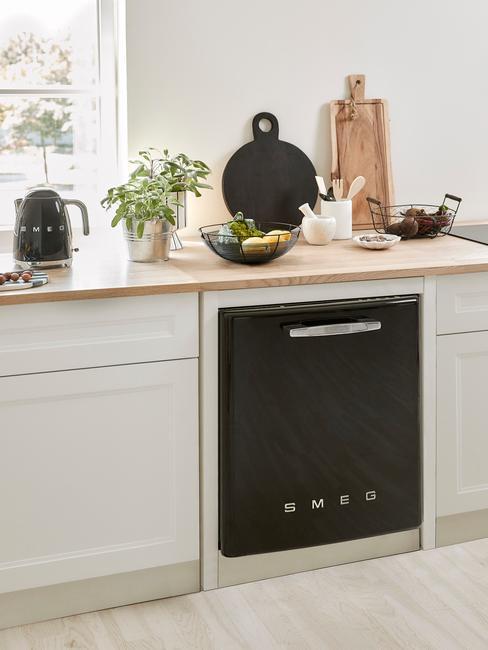 opgeruimde witte keuken met zwarte smeg vaatwasser