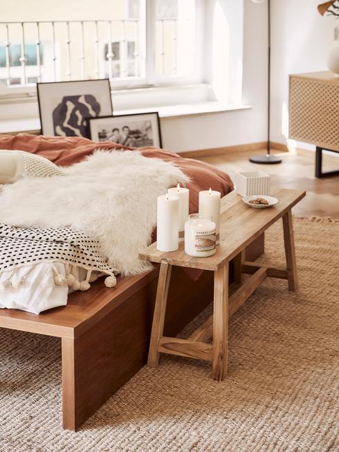 Slaapkamer bed met bankje en kaarsen