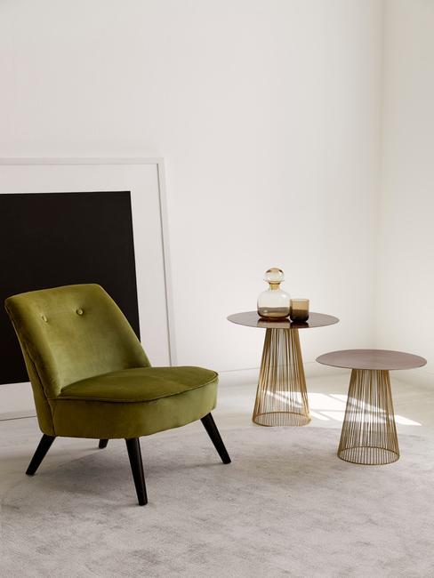 Loungestoel in beige omgeving met twee bijzettafels