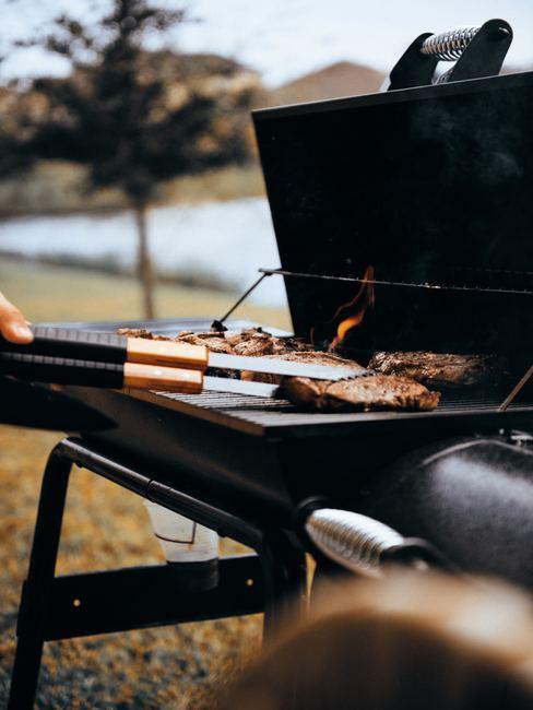 vlees in tang op de grill