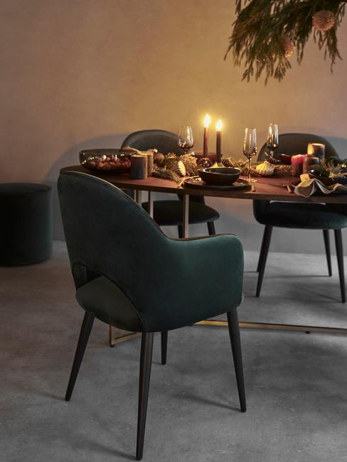 Kerststukjes maken: kerstdecoratie op tafel naast groene stoelen