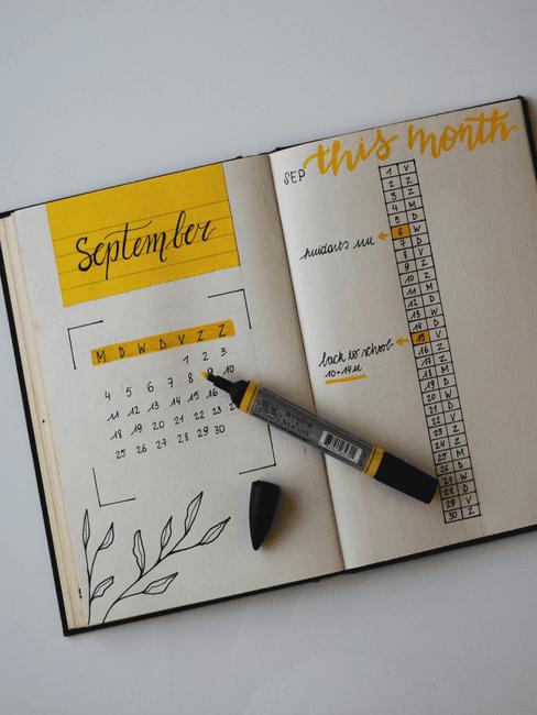 zelfgemaakte kalender op witte tafel