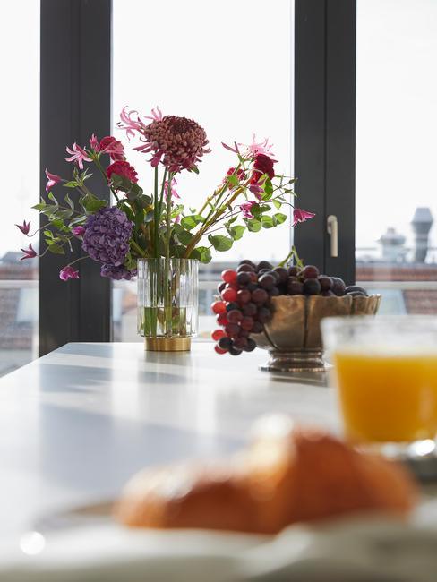 Decoratie van bloemen in open keuken