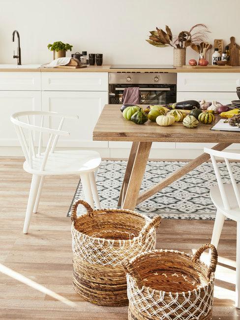 Witte keuken met houten tafel in landelijke stijl