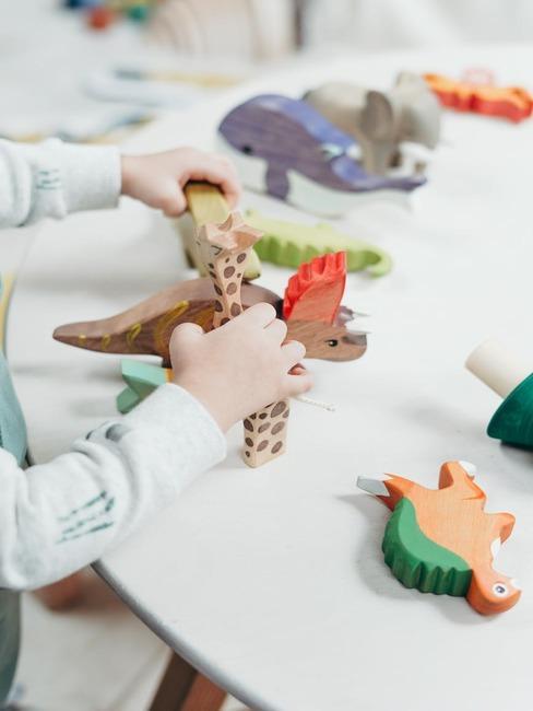 Spelen met dieren van hout