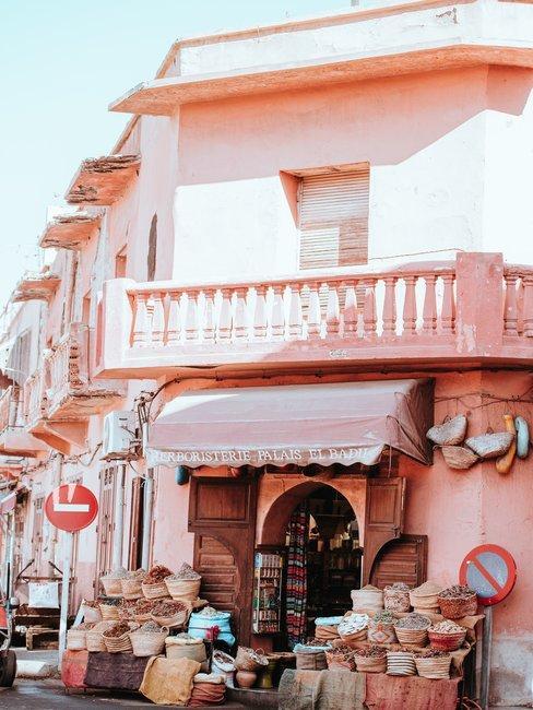 Roze huis met kruidenmanden voor de gevel