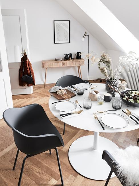 Moderne eethoek in woonkamer in wit