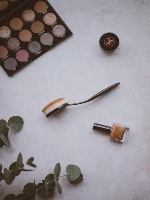 Marmeren achtergrond met make up doos en brush